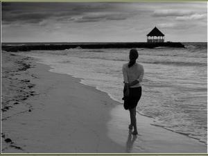 mulher-caminhando-na-praia